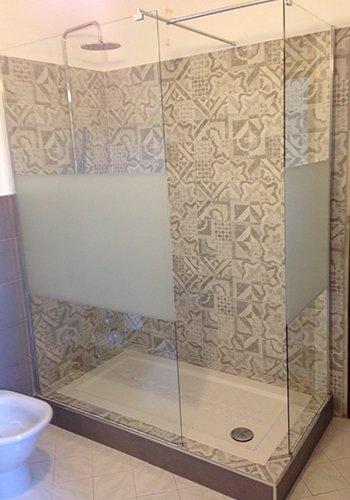 un box doccia con piastrelle beige a disegni