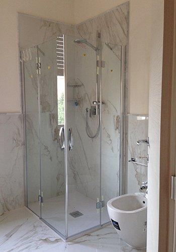 un box doccia e un bidet sulla destra in un bagno