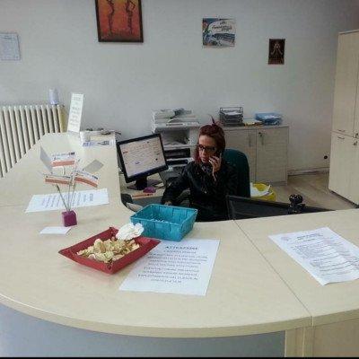 Donna al lavoro all'Agenzia Serena a Torino