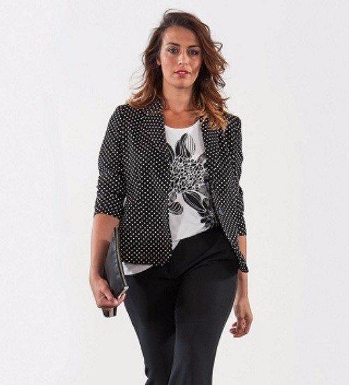 una donna con dei pantaloni  e una giacca di  color nero