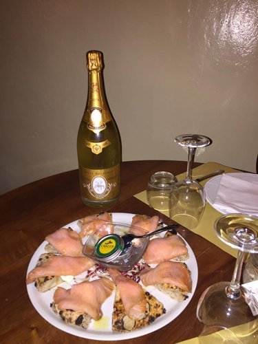 Piatto di crostini e champagne
