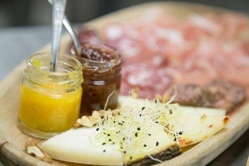 Tagliere di formaggi e salumi con marmellate