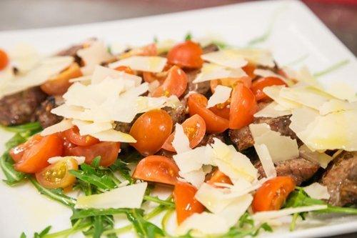 Grigliata di carne con rucola e pomodorini e scaglie di grana