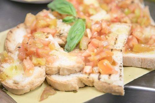 Bruschette con pomodori e basilico freschi