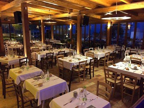 I tavoli all'aperto del ristorante