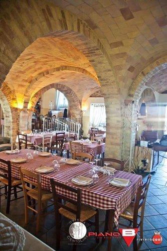 Veduta della volta in pietra e del tavolo del ristorante