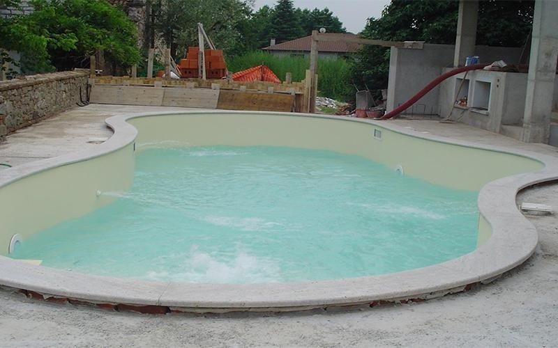piscina con telo sabbia