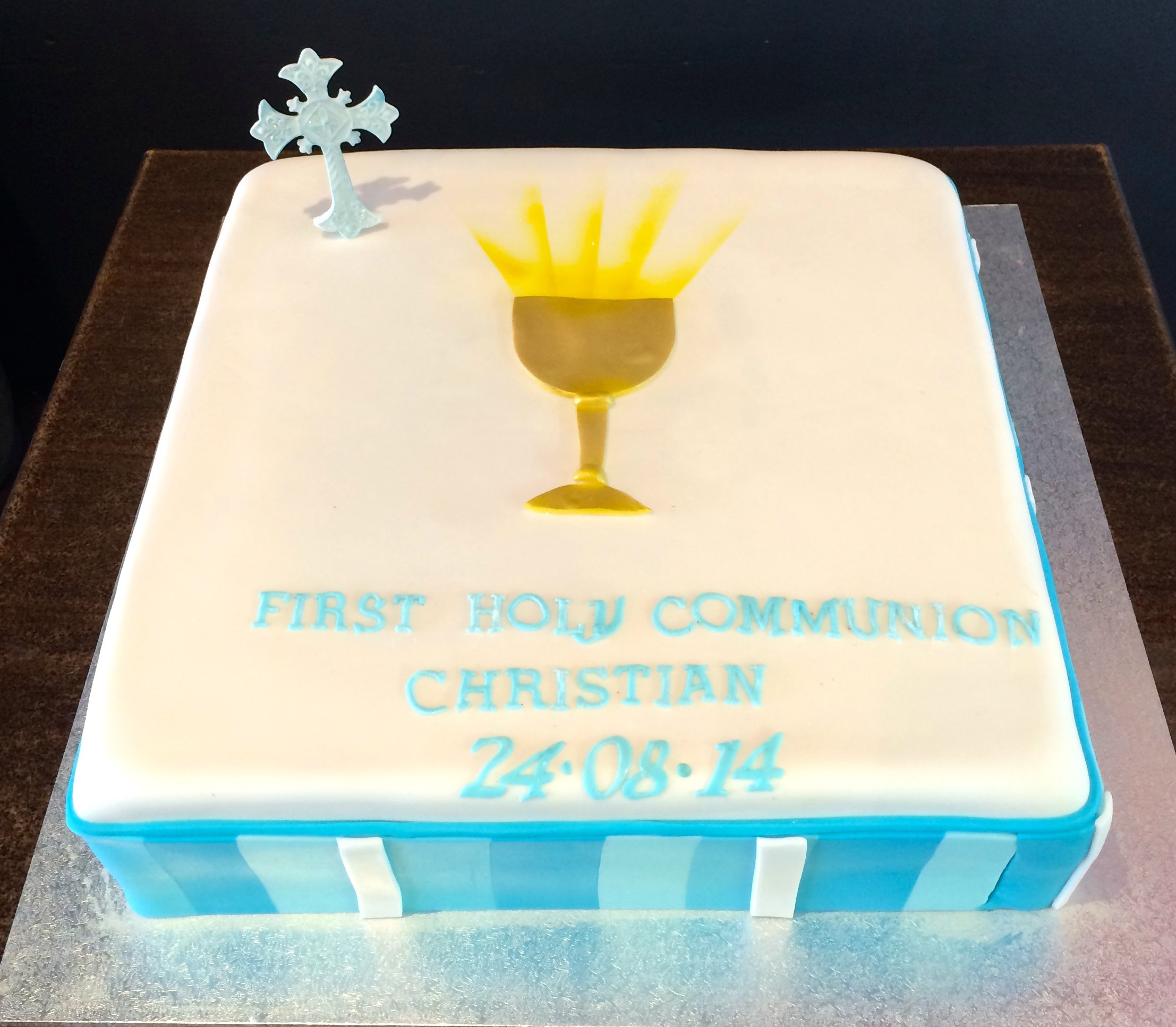 white holy communioncake with gold cup and blue panels