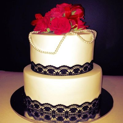 Wedding cake with pearls and red roses