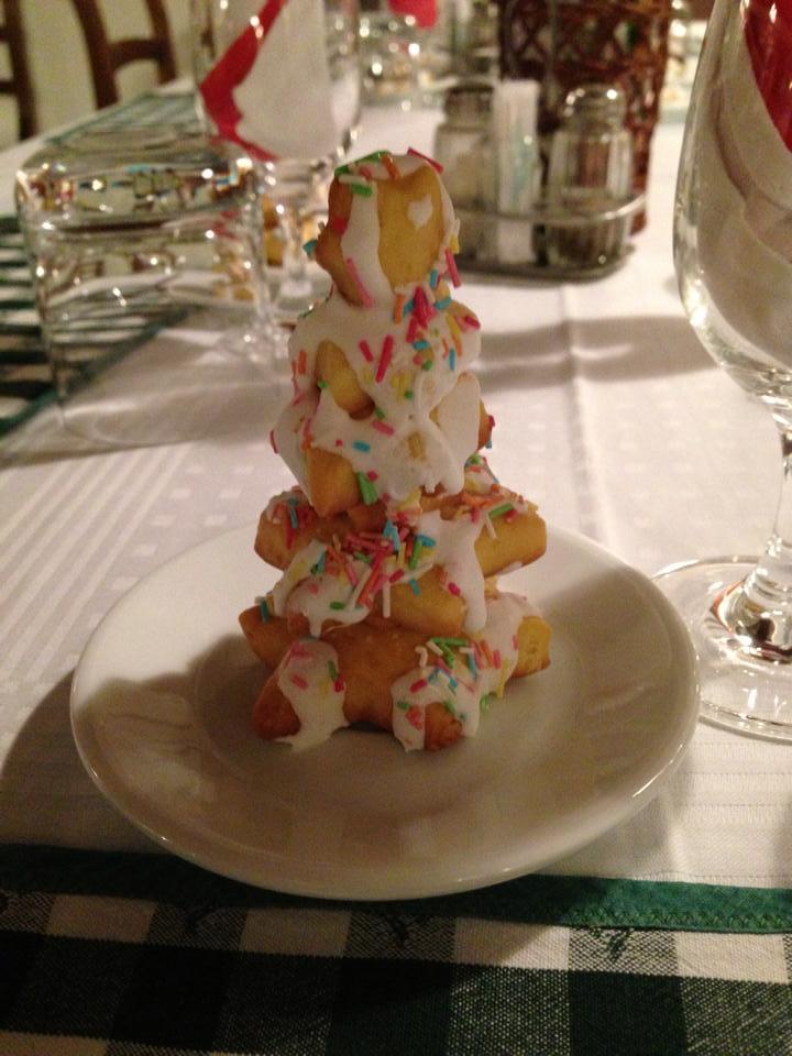 dolce con glassa e zuccherini colorati