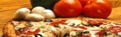 dettaglio di pizza napoletana, funghi e pomodori sullo sfondo