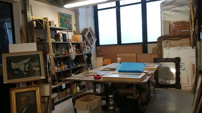 interno del laboratorio cornici Angeli a Parma