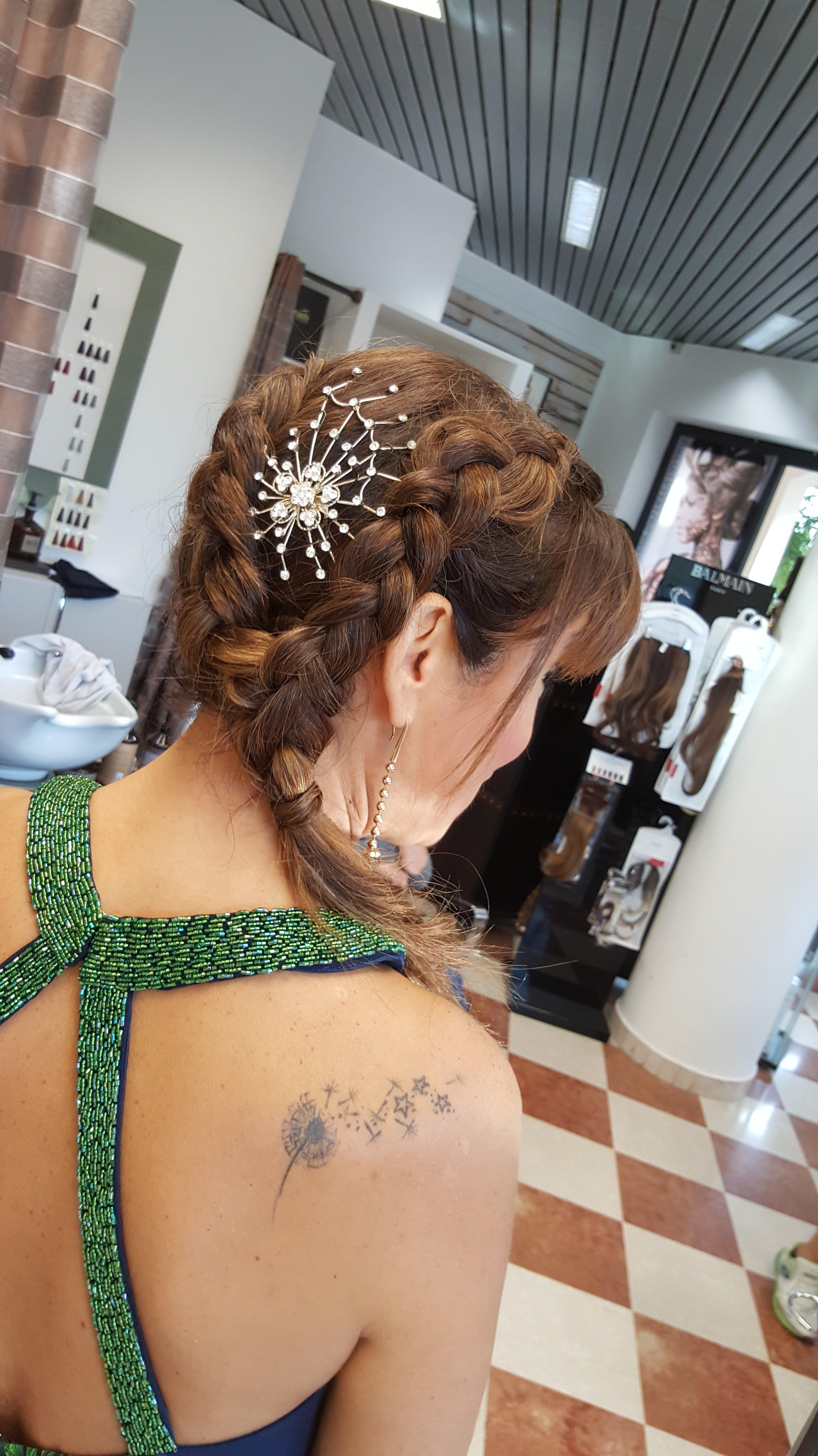 donna con capelli castani intrecciati e con pettinino diamantato sulla nuca sopra le treccie