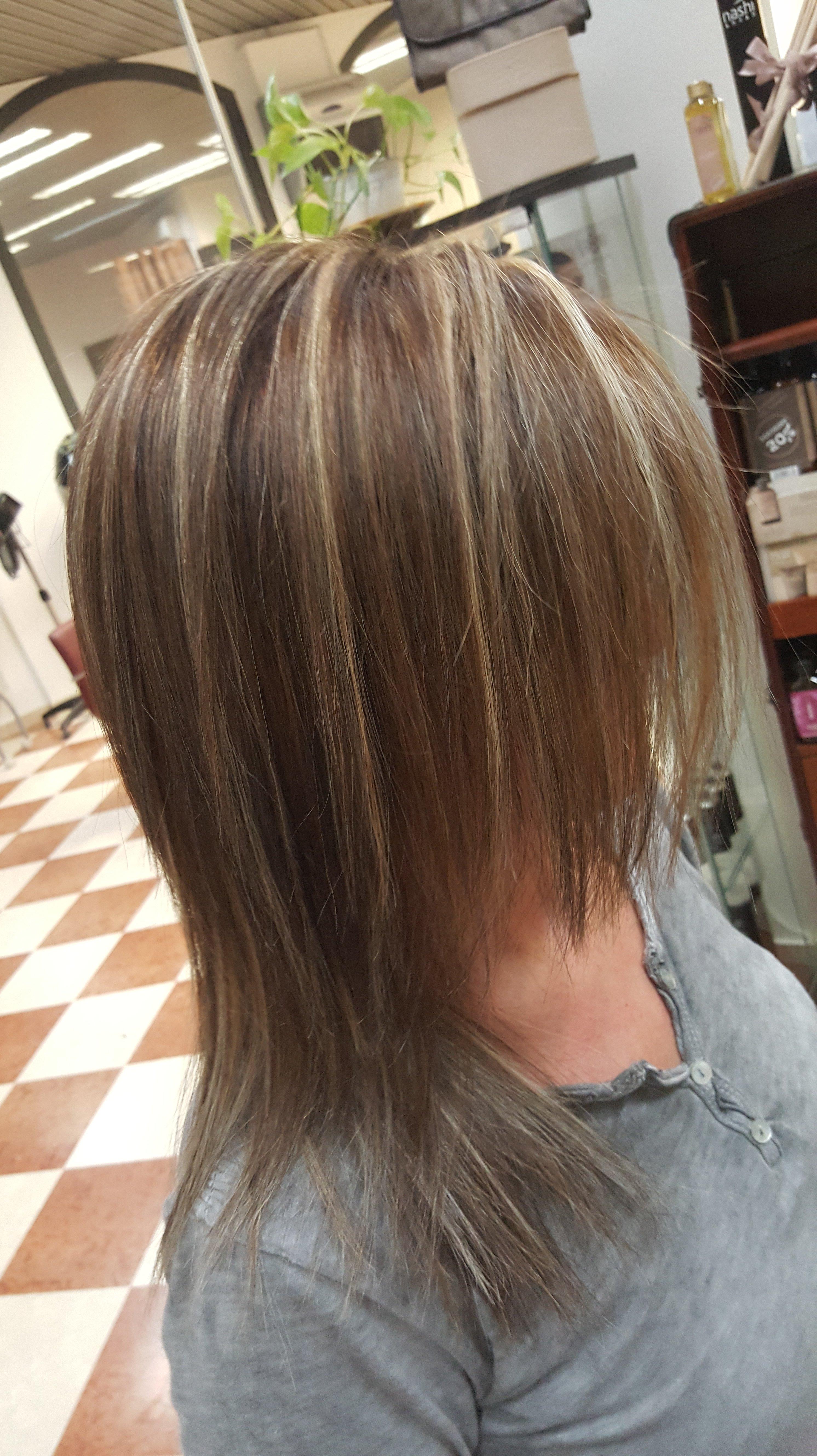 capelli castani di media lunghezza con meches bionde