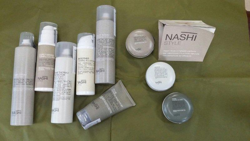 dei prodotti per parrucchieri in bombolette spray, tubetti e confezioni
