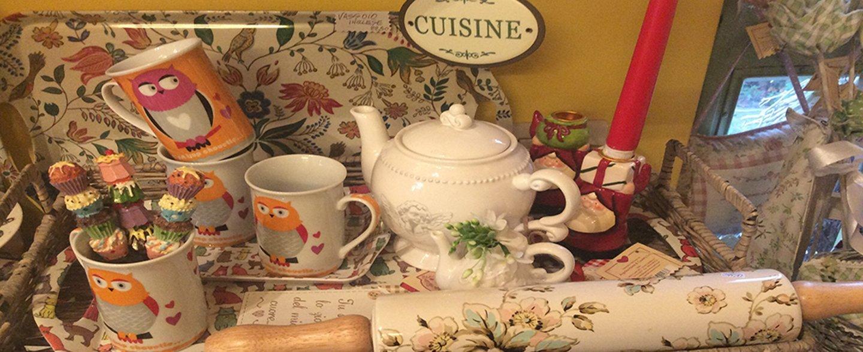 bollitore con tazze e oggetti da casa