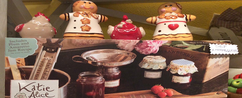 confettura di prugne e oggetti da casa