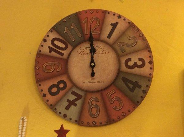 orologio di legno colorato