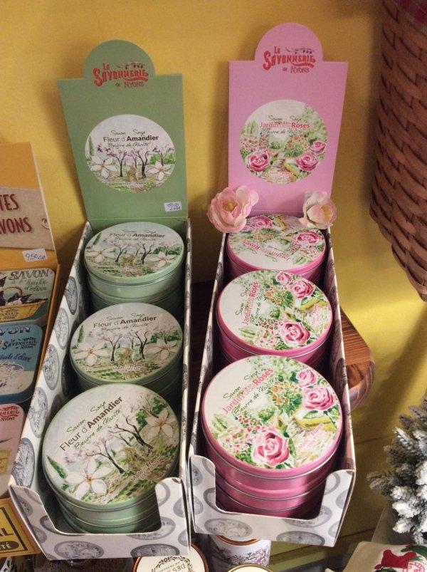 piccole scatole verde e rosa