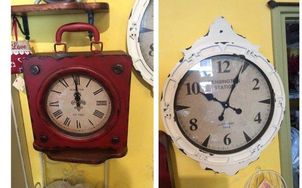 un orologio rosso e un bianco