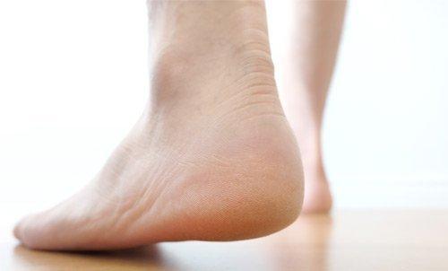 piedi nudi che camminano