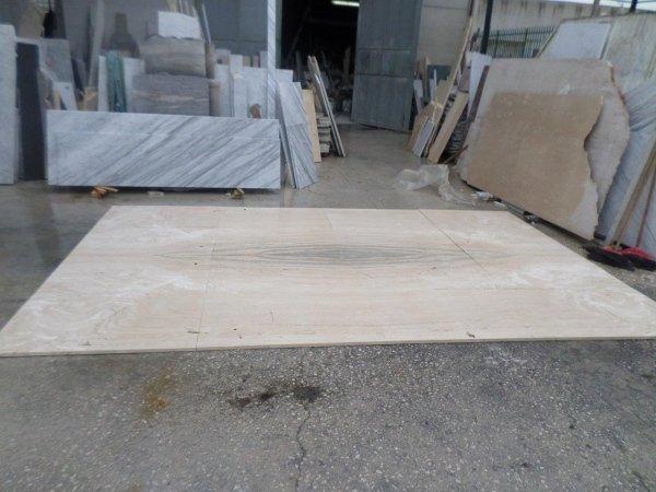 Pavimento in marmo Travertino con macchia aperta