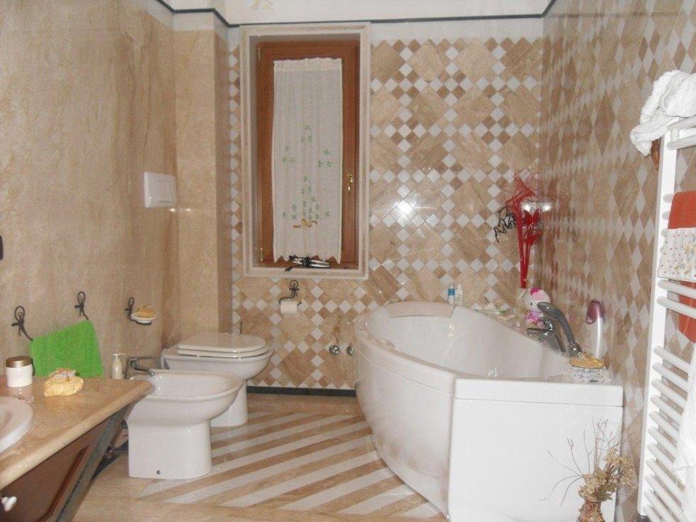 Rivestimenti e pavimenti in marmo per bagno