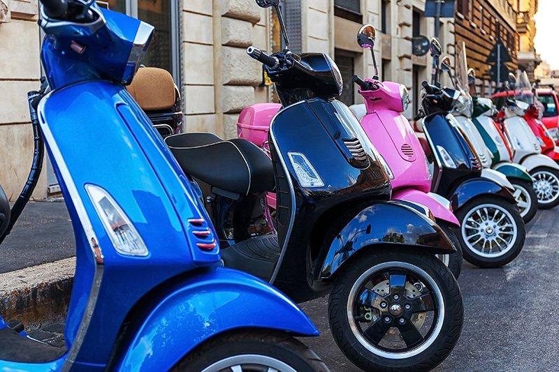 degli scooter di diversi colori e modelli parcheggiati