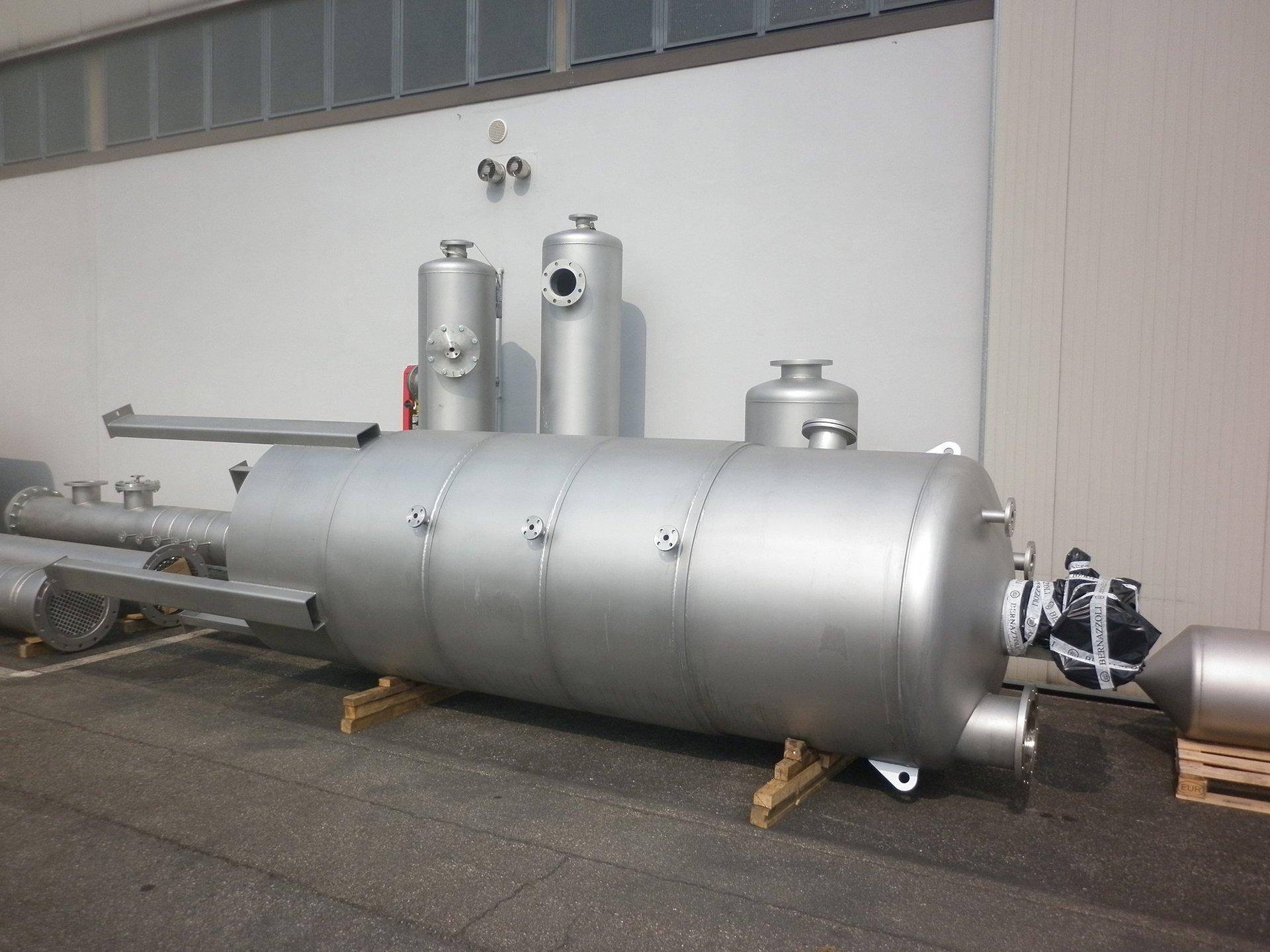 cisterne di diverse misure in metallo