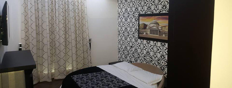 camera da letto con tena e arredamento