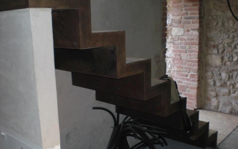 dettaglio scala finto legno