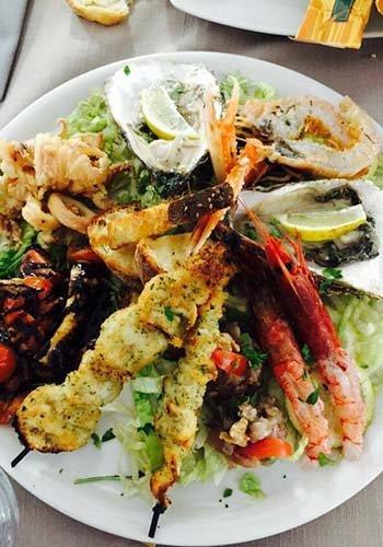 un piatto con spiedini di pesce e altro