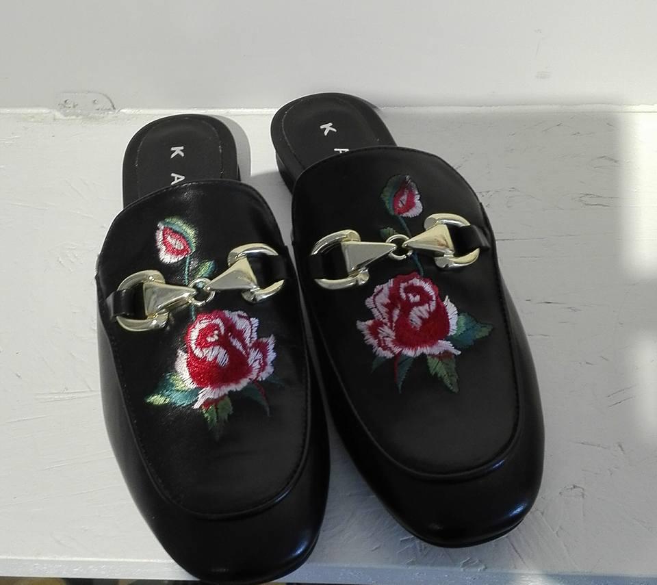 scarpe nere in velluto con rose ricamate