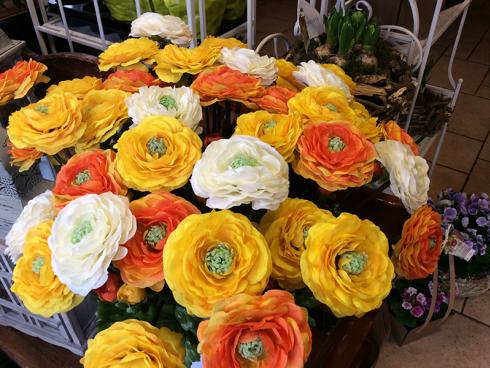 Sogni Fioriti vende fiori in stoffa e fiori artificiali.