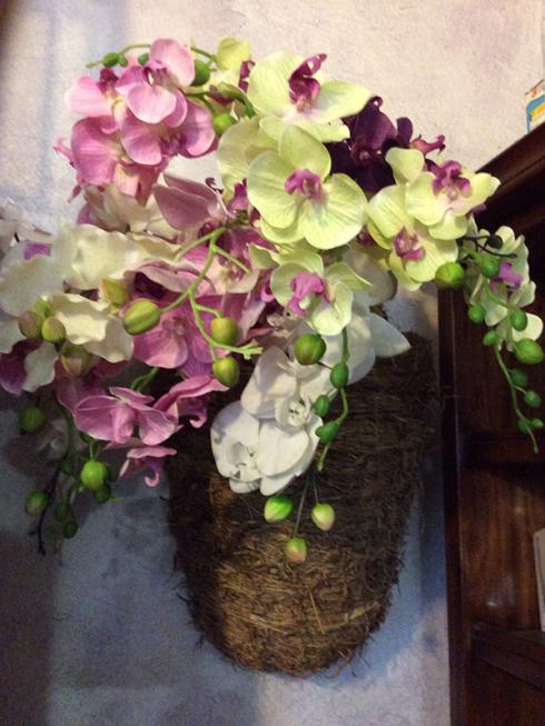 Si realizzano composizioni con fiori in stoffa e fiori finti.