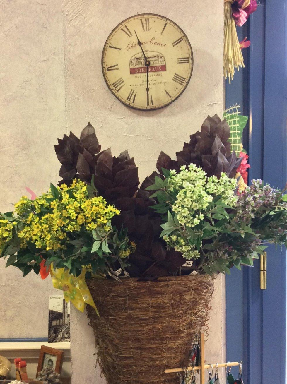 composizione fiori viola e verdi