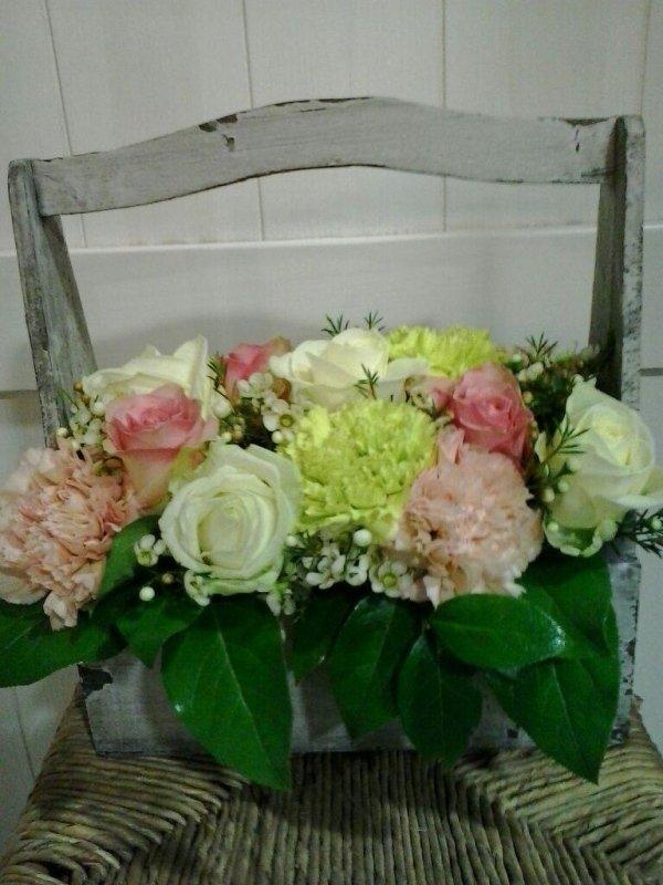 cesto di fiori con sedia