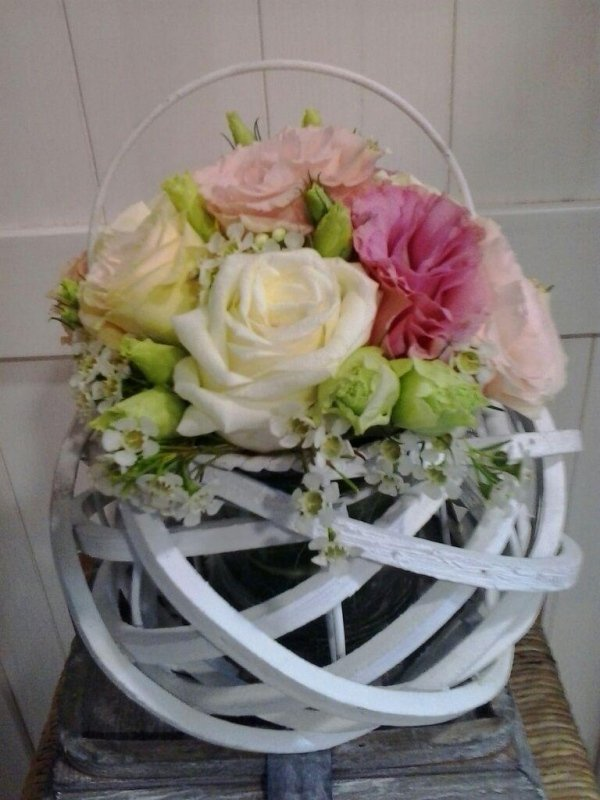 cesto in legno bianco con fiori