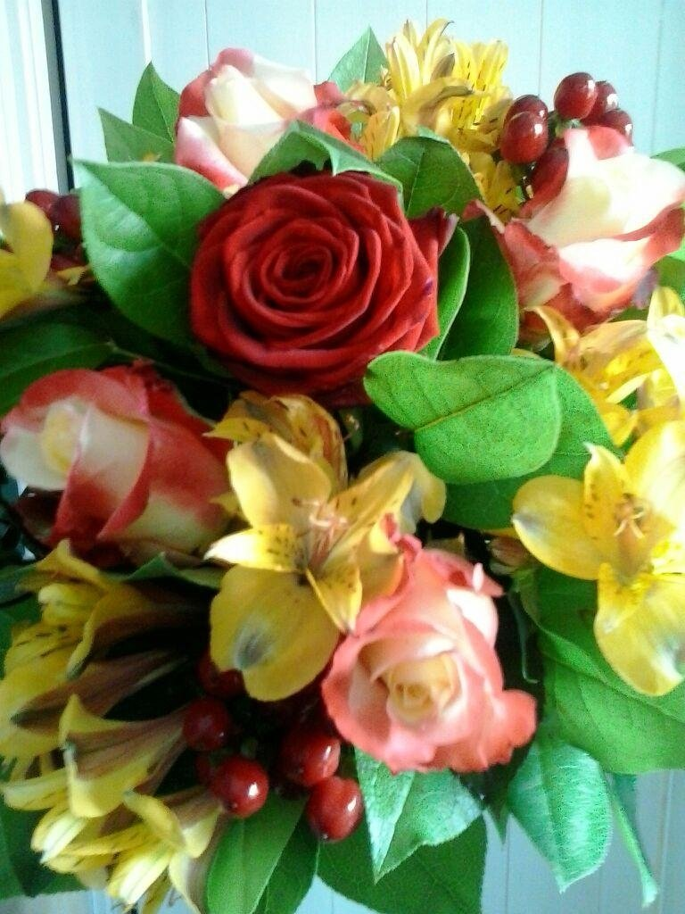 fiori gialli e rose rosse