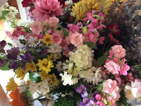 Avete deciso di optare per dei fiori in plastica? Recatevi da Sogni Fioriti e scoprite le diverse tipologie.
