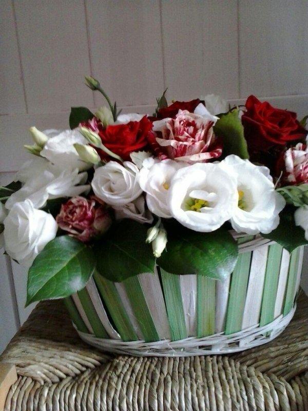 fiori bianchi e rosse in cesto