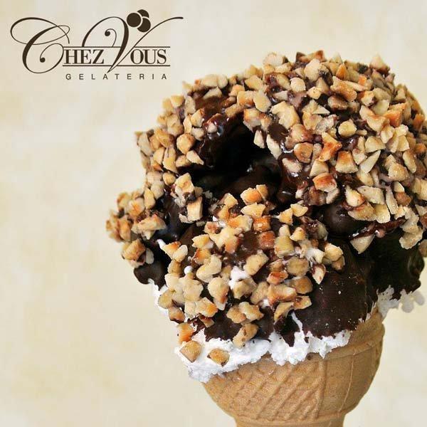 cono gelato con panna cioccolato e nocciole