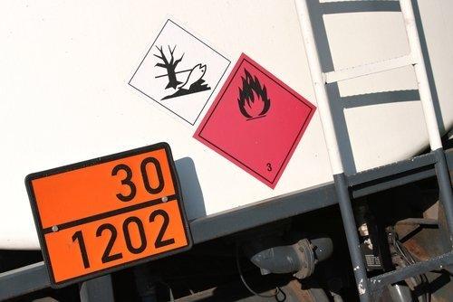 camion con i vari segnali di precauzione sul retro