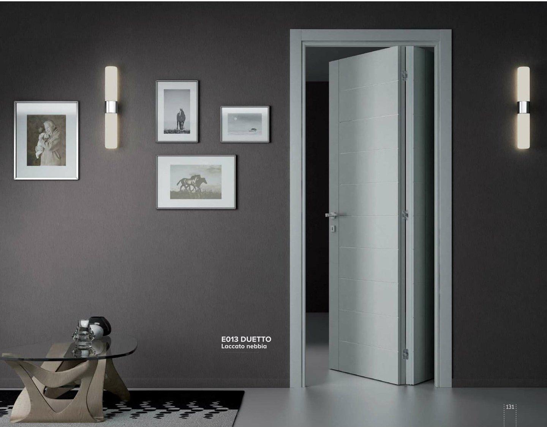 porta blindata aperta con parete attrezzata in una casa