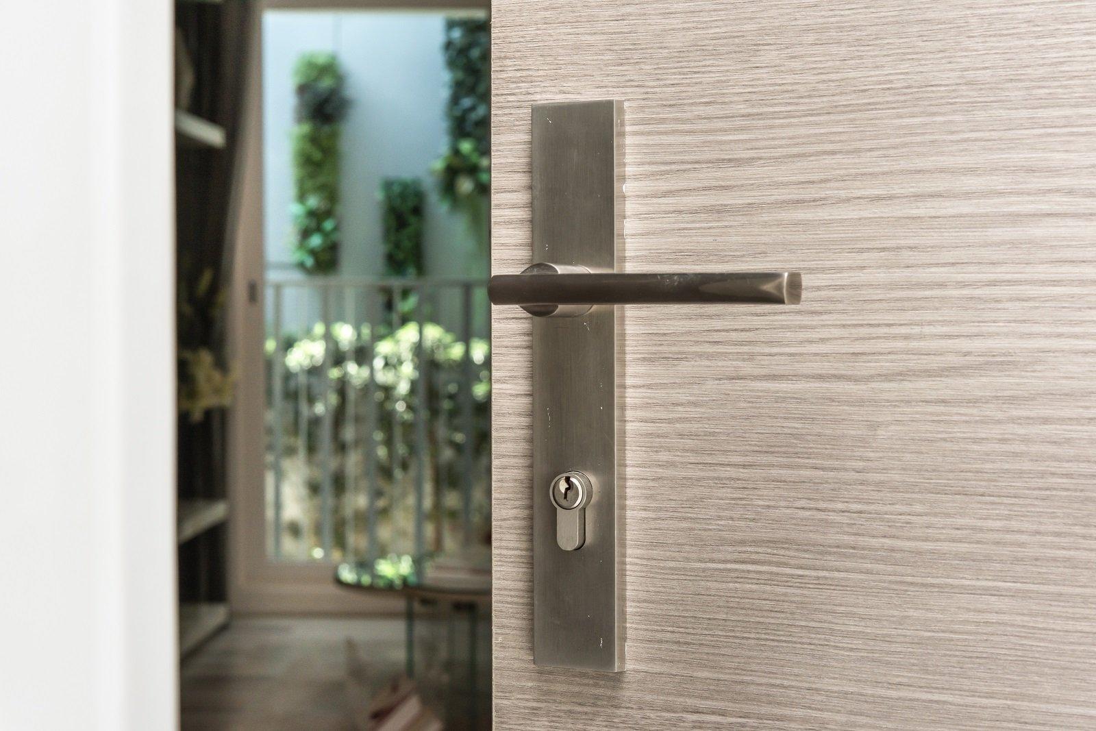 porta di legno aperta