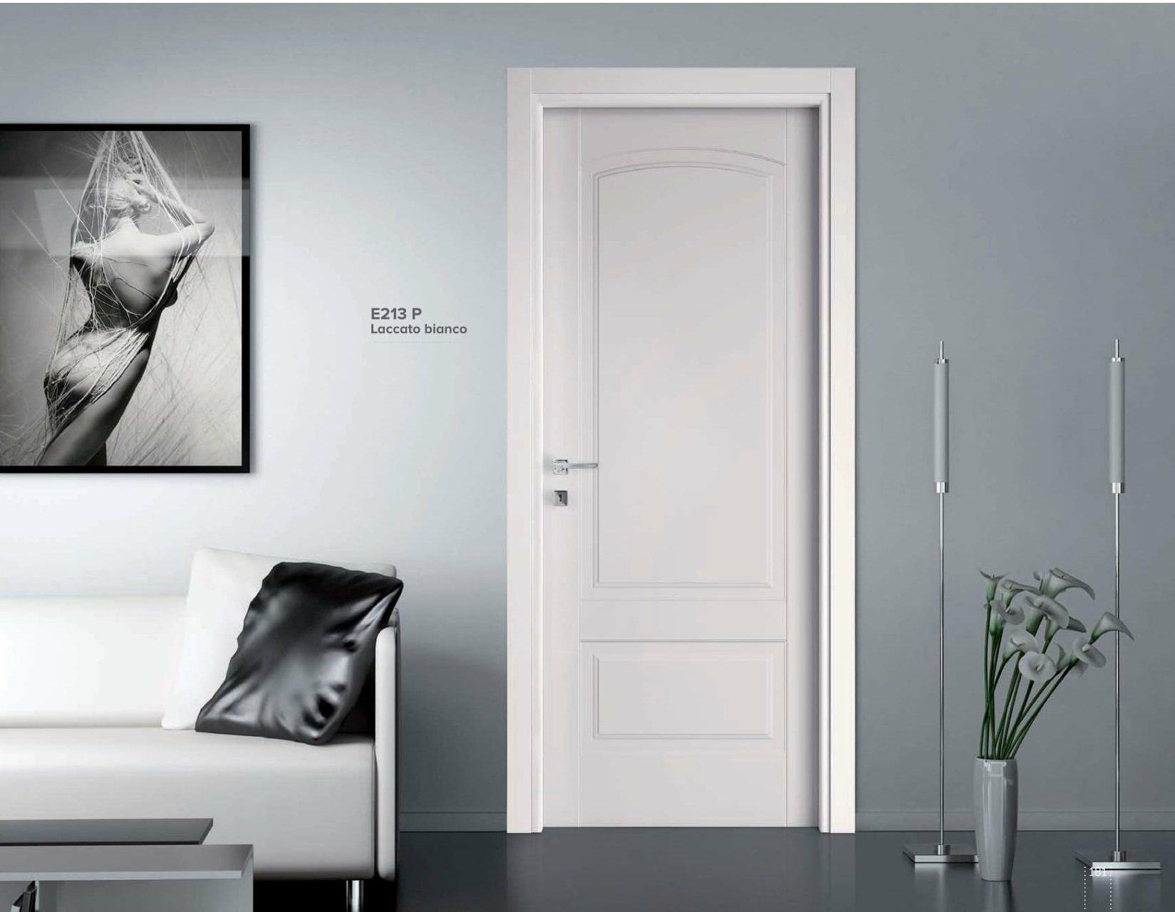 porta in legno chiaro in appartamento