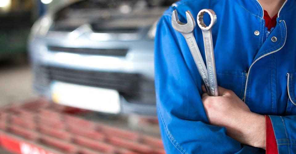 Mani di un meccanico con le chiavi all'officina a Volpiano in Torino