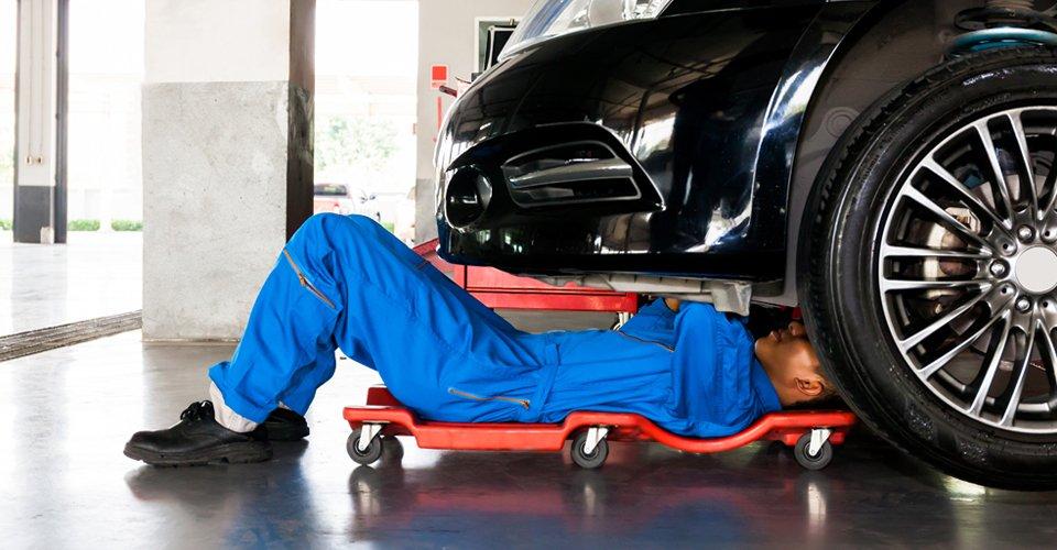 Meccanico riparando l'auto all'officina a Volpiano in Torino