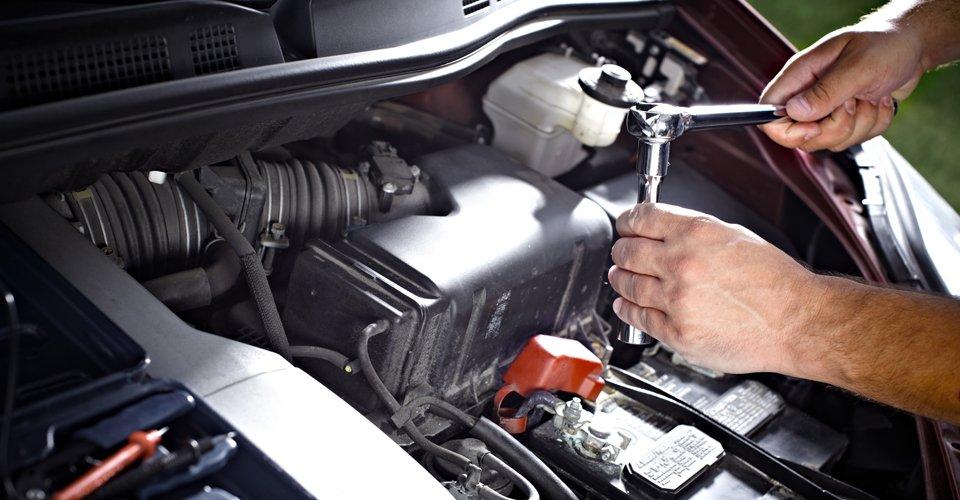 Meccanico professionale riparando l'auto a Volpiano in Torino