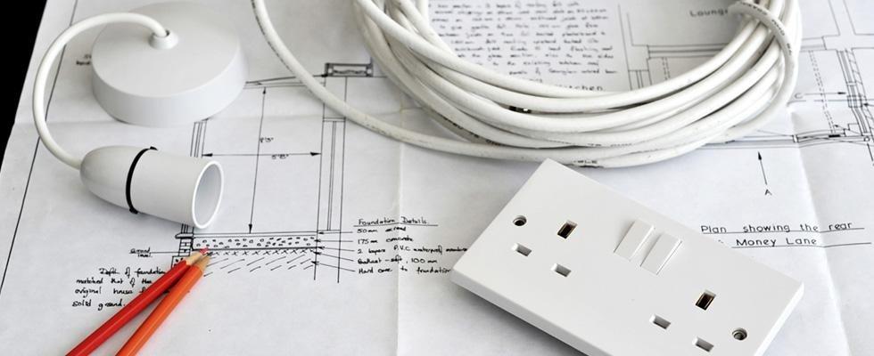i cavi, un interruttore e un disegno tecnico di una casa